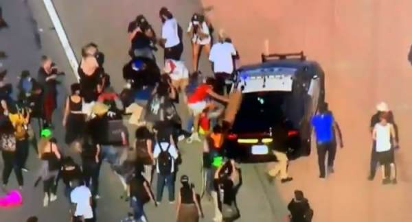 'Black Lives Matter' Protesters Block 101 Freeway in Los Angeles, Attack Police Cars – One Protester Falls Off Moving Cop Car!  (VIDEO)
