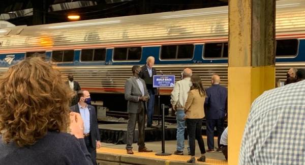 Joe Biden Arrives at Pittsburgh Train Station to Handful of Supporters, Falsely Claims He Owns 'No Stocks' (VIDEO)